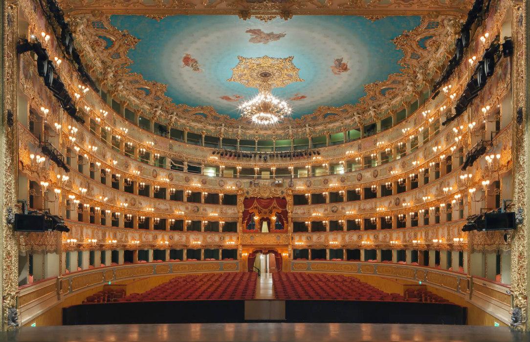 https://lacittaimmaginaria.com/wp-content/uploads/2020/03/700-platea-Teatro-La-Fenice-170622_Bellini_Ettore.jpg