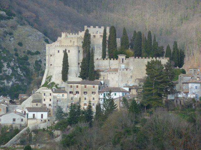 Castello di Rocca Sinibalda, veduta dalla strada Provinciale